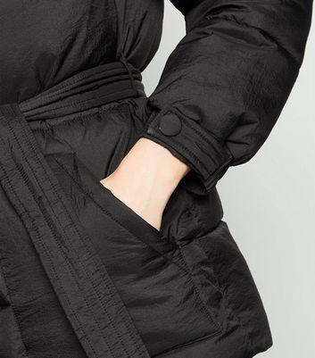 Schwarze, dicke Jacke mit Gürtel Für später speichern Von gespeicherten Artikeln entfernen