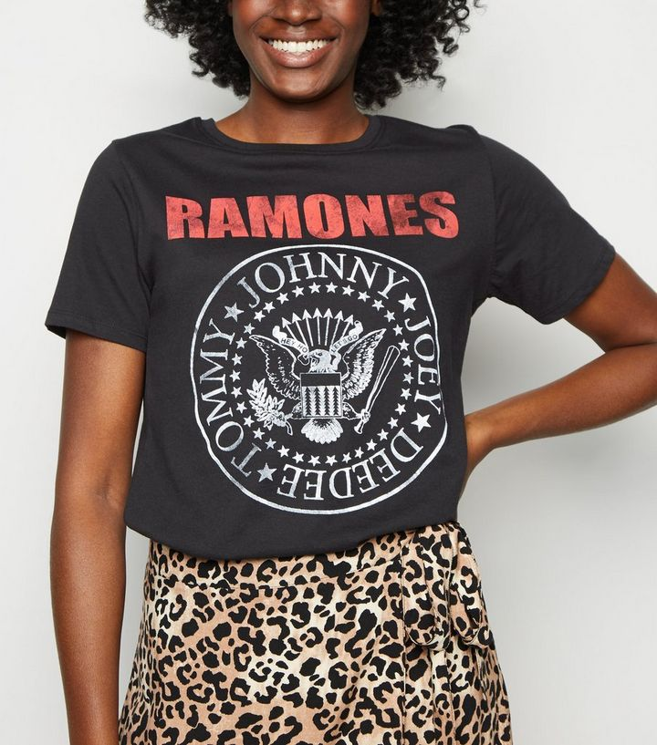 """riesige Auswahl an a5081 0622e Schwarzes Rock-T-Shirt mit """"Ramones""""-Schriftzug Für später speichern Von  gespeicherten Artikeln entfernen"""